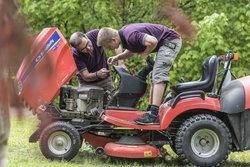 Lernender und Ausbilder auf einem grossen Rasenmäher