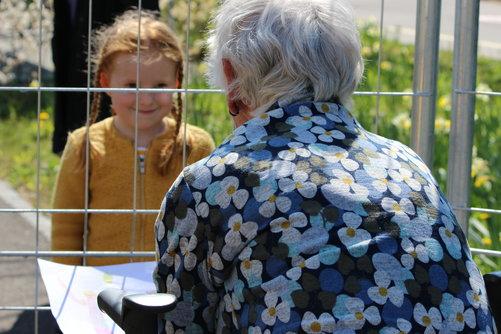 Lange konnte man sich höchstens so sehen; Besuch im APH Humanitas durch den Gartenzaun hindurch