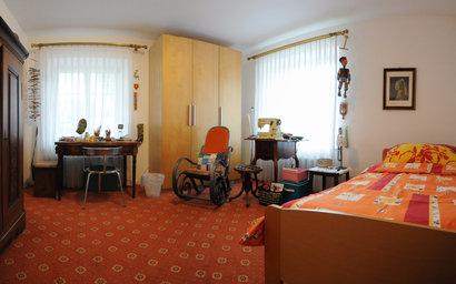 Zimmer einer Bewohnerin zur Hauptstrasse hin, ohne Balkon.