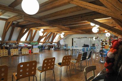 Der ausgebaute Dachstock mit Klavier und Handarbeitswerkstatt wird zur Aktivierung, für Geburtstage und weitere gemeinschaftlichen Anlässen genutzt.
