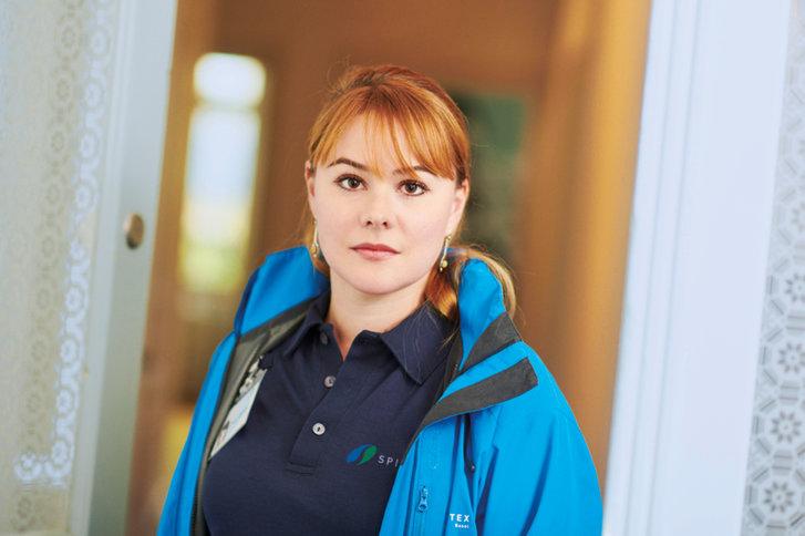 Mitarbeiterin von SPITEX BASEL mit blauer Jacke und blauem Poloshirt