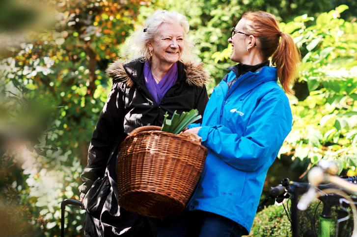 SPITEX BASEL begleitet und unterstützt eine ältere Dame beim Einkaufen.